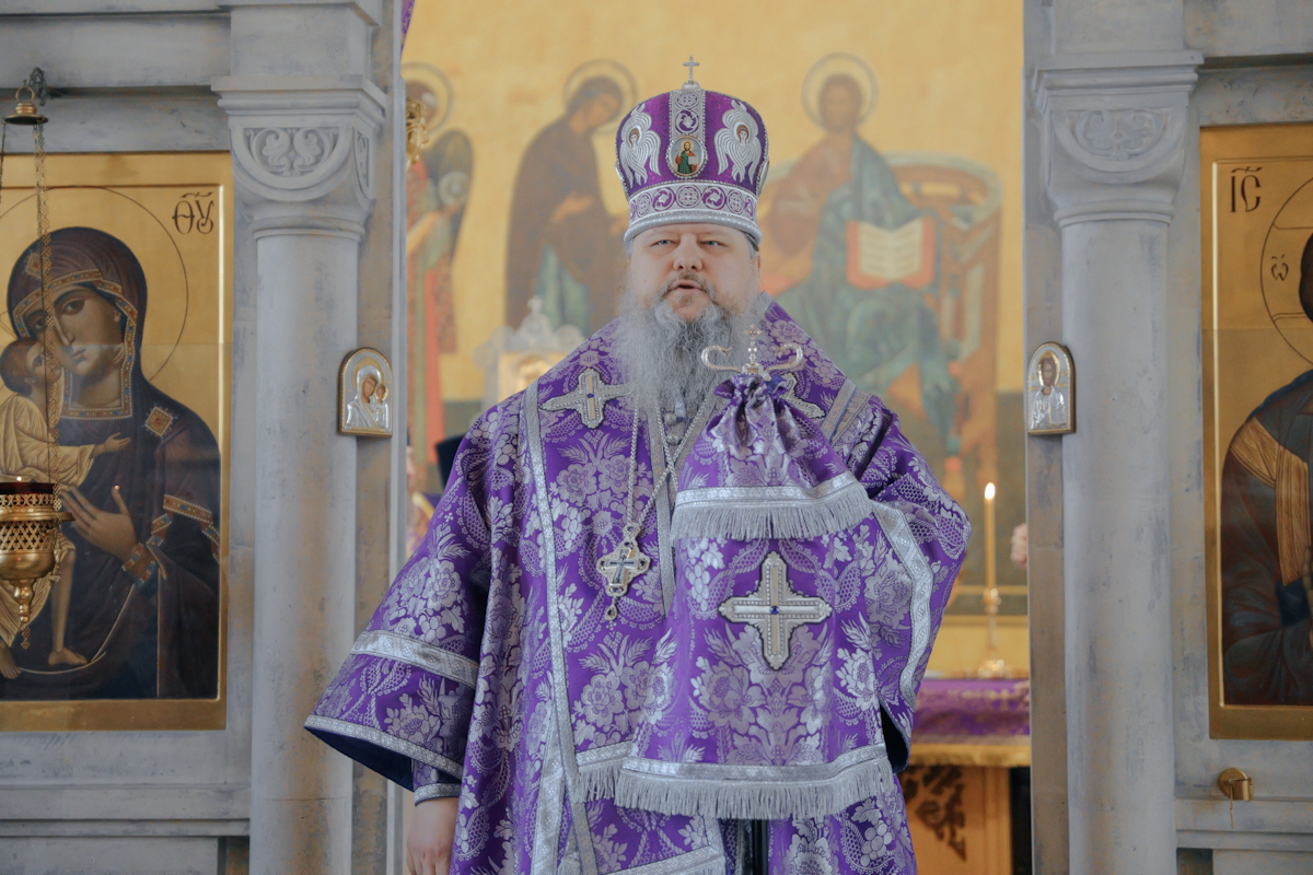 Митрополит Корнилий во вторую субботу Великого поста совершил Литургию и панихиду в архангельском храме Всех святых