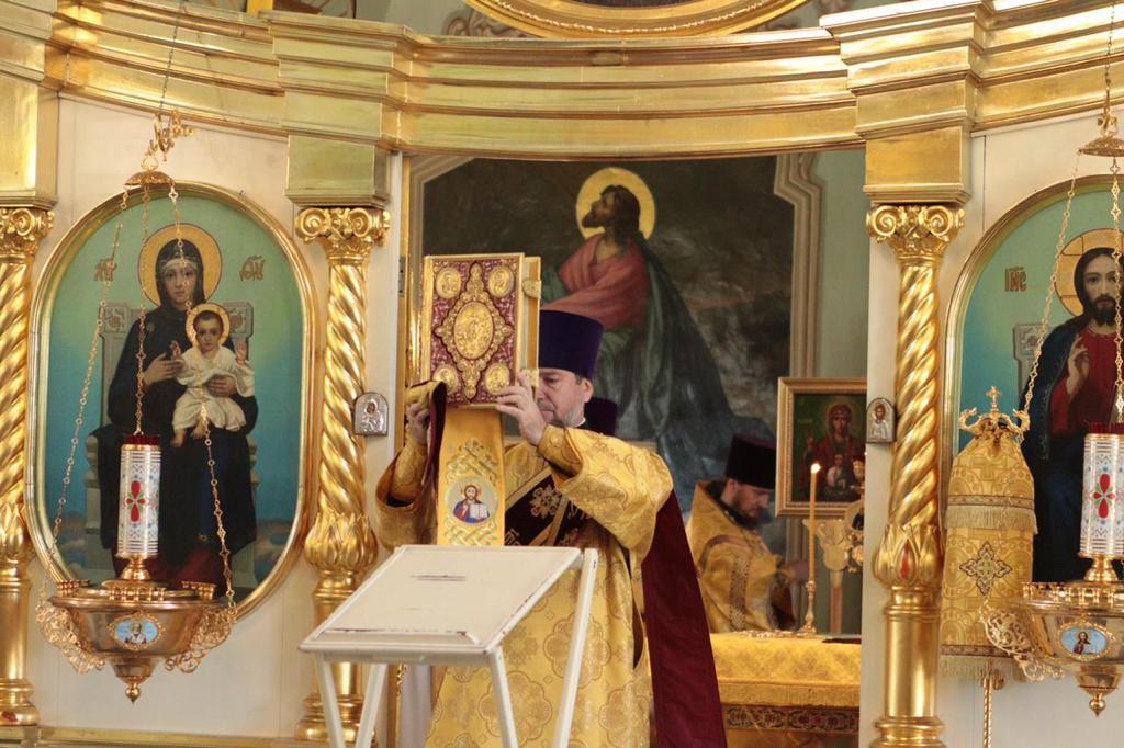 Митрополит Корнилий 10 апреля совершил Литургию и панихиду в архангельском Александро-Невском храме