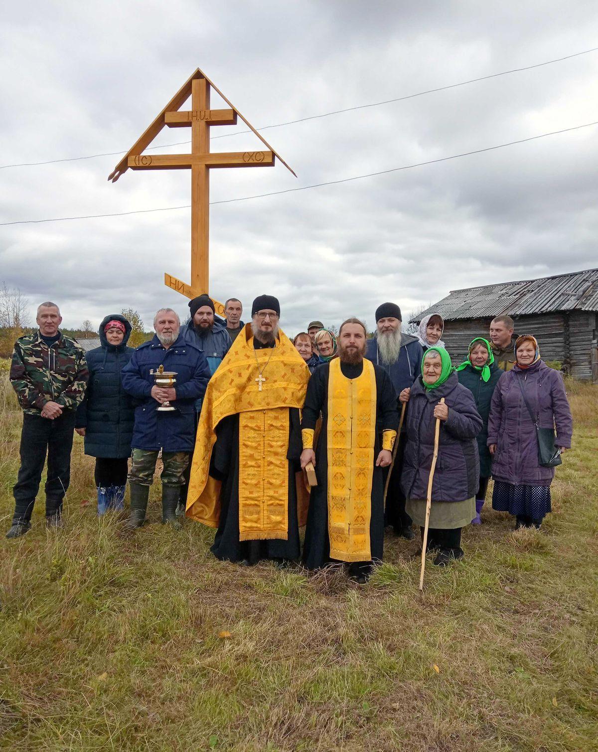 В пинежской деревне Шуломень освятили поклонный крест.